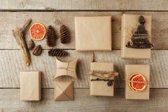 Ställ in av gåvaasken i hantverkpapper med naturlig garnering, gåvaferiebegrepp Nollförlorad livsstil fotografering för bildbyråer