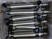 Ställ in av gascylindrar för att ta prov gasprövkopior av fossila bränslenbransch royaltyfri fotografi