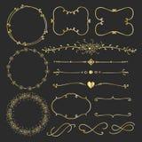 Ställ in av guld- dekorativa Calligraphic beståndsdelar för garnering vektor illustrationer