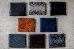 Ställ in av handen - gjord läderplånbok Mång- kulört Läderhantverk på isolatbakgrund Selektivt fokusera Man för foe för modetillb royaltyfria foton