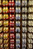 Ställ in av holländska träträskor för olik färgrik tappning på skärm royaltyfria bilder