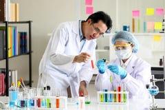 Ställ in av kemisk rörutveckling och apotek i laboratorium-, biokemi- och forskningteknologibegrepp royaltyfri bild