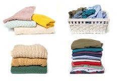 Ställ in av kläder i tvätterien träkorg och bunt av kläder som isoleras på vit bakgrund fotografering för bildbyråer