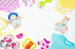 Ställ in av kläder, och objekt för ett nyfött behandla som ett barn förlagt ombord royaltyfria bilder