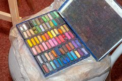 Ställ in av kulöra pastellfärgade färgpennor för att dra royaltyfria foton