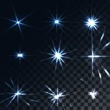Ställ in av ljust lysande blått genomskinligt solsken, signalljus, ilsken blick av energistrålar, stjärnor på en genomskinlig mör stock illustrationer