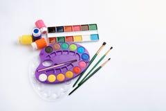 Ställ in av målarfärger och borstar på vit bakgrund, bästa sikt konstnärlig utrustning arkivbilder