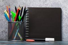 Ställ in av olika blyertspennor, pennor, och skissa blocket med kopieringsutrymme royaltyfri foto