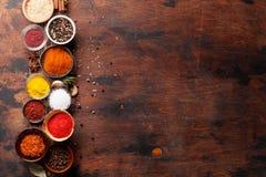 Ställ in av olika kryddor och örter royaltyfria foton