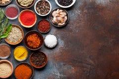 Ställ in av olika kryddor och örter arkivbilder