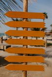 Ställ in av orange träpilpekare arkivbild