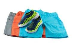 Ställ in av sommarmode för pojkar En uppsättning av tre färgrika kortslutningar f royaltyfri foto