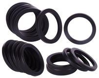 Ställ in av svarta packningar isolerat Oljaskyddsremsor för hydrauliska cylindrar för industriellt på vit bakgrund royaltyfri foto