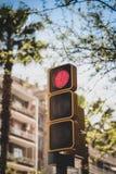 Ställ in av trafikljus i röda Europa - - som ses mot en bakgrund av byggnader och blå himmel royaltyfria bilder