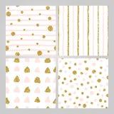 Ställ in av 4 utdragna sömlösa modeller för hand i guld- pastellfärgade rosa färger Band prickar, trianglar, runda borsteslagläng royaltyfri illustrationer