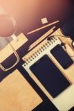 Ställ in beställning för affärsmän på den svarta kontorstabellen Moderna apparater Arkivfoton