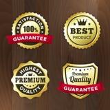 Ställ in den guld- högvärdiga etiketten för affären på wood bakgrund Arkivbild