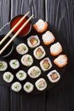 Ställ in den japanska rullsortimentmakien, uramakien, hosomaki tjänas som Arkivfoton