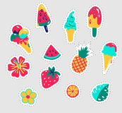 ställ in etikettssommaren Roliga klistermärkear planlägger vektorn i begrepp för sommarferier Sommaretiketter, logoer, hand drog  stock illustrationer