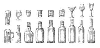 Ställ in exponeringsglas- och flasköl, whisky, vin, gin, rom, tequilaen, coctail Royaltyfri Foto