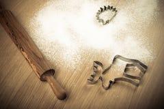 Ställ in för att baka hemlagade kakor: kavel form, mjöl royaltyfria bilder