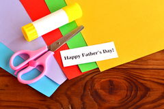 Ställ in för faderns för hälsningkortet dag dagfader lyckligt s bilfärg tillverkar makroen för ungar för det gröna huset som den  Arkivbild