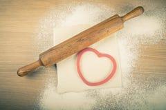 Ställ in för hem- bakning på en ljus trätabell med mjöl rullning Fotografering för Bildbyråer