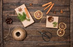 Ställ in för julgåvainpackning Gåvor som slår in inspirationer Fotografering för Bildbyråer