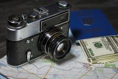 Ställ in för lopp: pass, pengar och kamera Arkivfoton