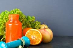 Ställ in för sportaktiviteter och fruktsaft av flaskan Royaltyfria Bilder