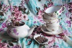 Ställ in för te med svart te med ljung Royaltyfri Bild