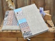 Ställ in författaren för kreativitet och handgjort: en patchwork för anteckningsbokturkoshantverk, textilblyertspennafall, tappni Royaltyfri Bild