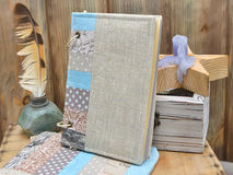 Ställ in författaren för kreativitet och handgjort: en patchwork för anteckningsbokturkoshantverk, textilblyertspennafall, tappni arkivfoto