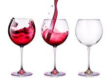 Ställ in från exponeringsglas med vin som isoleras på en vit Arkivbild