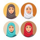 Ställ in fyra arabiska flickor i olika traditionella huvudbonader isolerat vektor Unga arabiska kvinnasymboler ställde in flickas Arkivbild