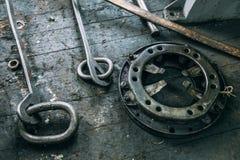 Ställ in kastar malningmaskiner på bänken royaltyfri foto