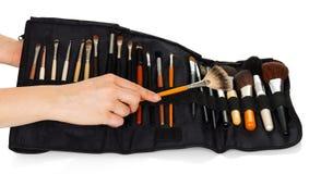 Ställ in kosmetiska borstar för makeup i handkvinnor isolerade Royaltyfri Foto