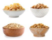 Ställ in med bunkar av frukostsädesslag arkivfoto