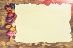 Ställ in med färgrika ägg på bränt papper begrepp lyckliga easter Arkivfoto