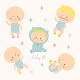 Ställ in med gulligt behandla som ett barn pojkar Tillväxt från nyfött till lilla barnet Olikt poserar Första år aktiverings Kryp Arkivfoto
