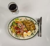Ställ in med höna, bacon, körsbärsröda tomater, ägget, isberggrönsallat a Royaltyfri Fotografi