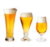 Ställ in med olika exponeringsglas av öl på vit Royaltyfri Fotografi