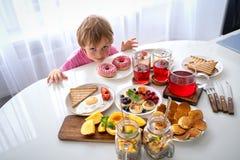 Ställ in med olika söta produkter på vit bakgrund kolhydratfrukost fotografering för bildbyråer