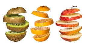 Ställ in OS-flygfrukter Skivad apelsin, kiwi, äpple som isoleras på vit Arkivbild