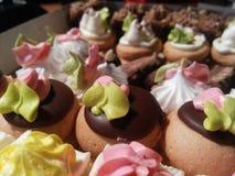 Ställ in smakliga olika kakor i en ask arkivbild