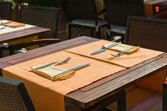 Ställ in tabeller på yttersidan som äter middag område Royaltyfria Bilder