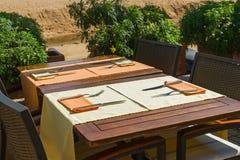 Ställ in tabeller på yttersidan som äter middag område Royaltyfri Foto