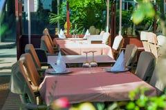 Ställ in tabeller på yttersidan som äter middag område Arkivfoton