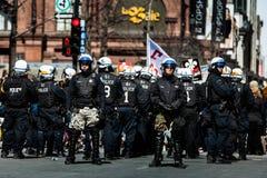 Ställa till upplopp i de Montreal gatorna för att kontra den ekonomiska strängheten M Royaltyfri Foto