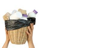 Ställa upp som frivillig rymma återanvändbar avfalls för korgen isolerad på vit bakgrund, bruksurklippbanan - volontärbegrepp royaltyfri foto